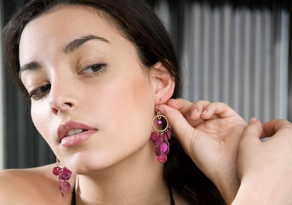 Ha nem bírja a füled a bizsut, vagy ritkán szoktál fülbevalót viselni, mielőtt beteszed az ékszert, oszlass el egy kis vazelint a lyuk körül, elöl és hátul is, ez megvéd az irritációtól.