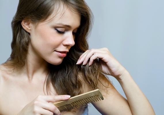 Rejtsd el a töredezett hajvégeket! Morzsolj szét egy kevés vazelint a mutató- és a hüvelykujjad között, majd simítsd át vele a szálak végeit.