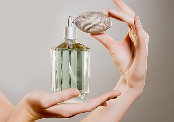 Ha azt szeretnéd, hogy egész nap tartson a parfümöd illata, kenj egy kevés vazelint a csuklódra, a könyök- és térdhajlatodra, a füleid mögé és a bokádra, majd ugyanezen helyekre permetezd a parfümöt.