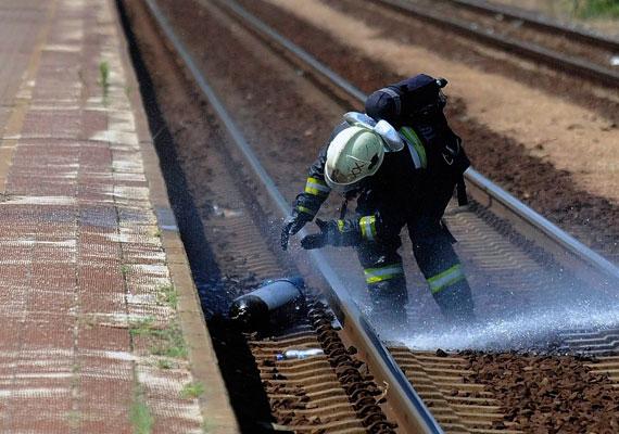 A tűzoltók számára is egy gonddal kevesebb, ha véget ér a hőség. Nemrég közöltünk képeket egy tűzesetről, amikor állig védőruhába öltözött tűzoltók a közel 40 fokban gázpalackot hatástalanítottak. Bár a munkájuk ezután is életveszélyes lesz, és eztán sem tartjuk érthetőnek, hogy mindezért 130 ezer forintos nettó bért fizessenek hároméves tapasztalat után.