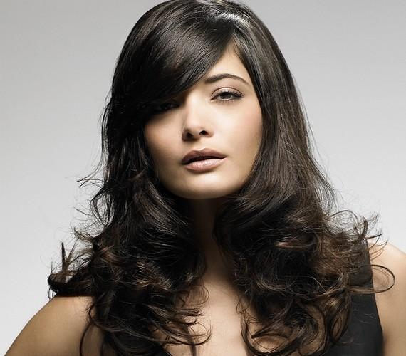 Ha hosszú a hajad, érdemes körkefével dolgoznod a hajszárításkor, illetve egy kicsit begöndöríteni a hajvégeket.