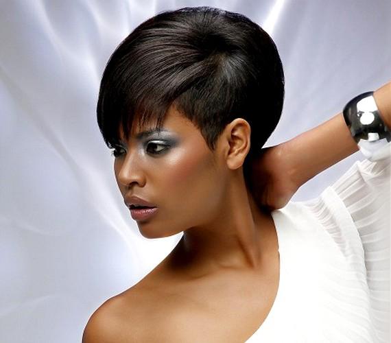 Ha nem szeretnél sokat bíbelődni a hajad beállításával, vágass féloldalas, átfésült frizurát: így az egyik oldalra átkerül a másik oldal hajmennyisége is.