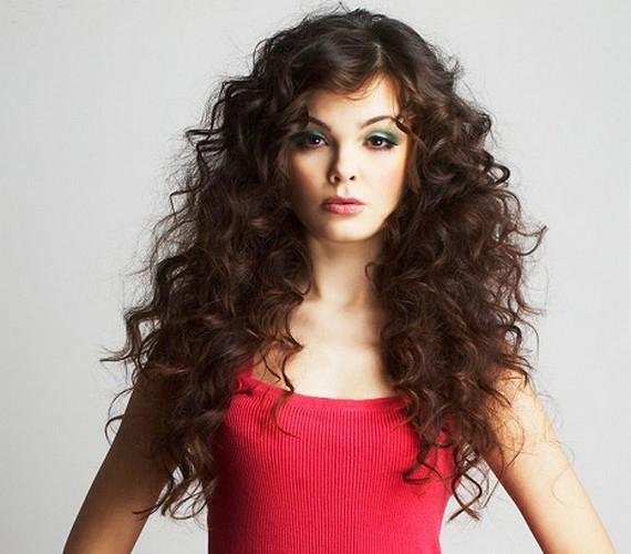 Érdemes beszerezned néhány hajcsavarót vagy egy diffúzoros hajszárítót, mert a göndör frizura ideális választás, ha kevés vagy vékony szálú a hajad.