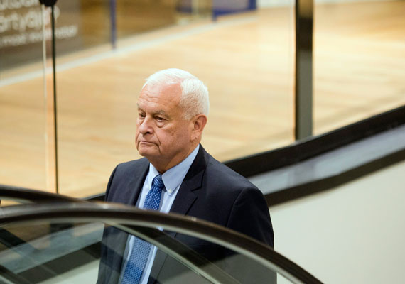 Harrach Péter, a KDNP frakcióvezetője magányosan érkezik az ünneplésre.