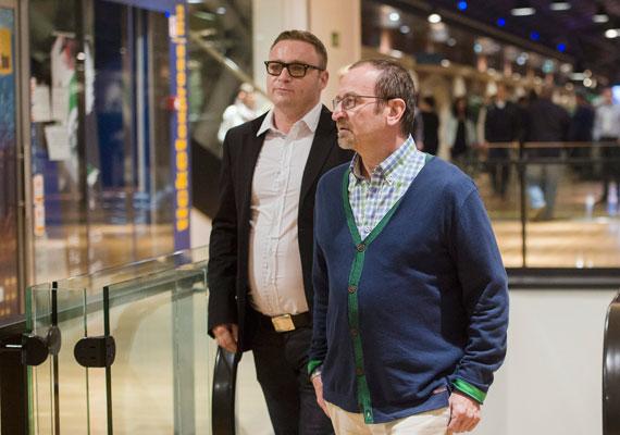 Szájer József, a Fidesz EP-képviselője stílusos, laza szerelésben lépett be a Bálna gyomrába.