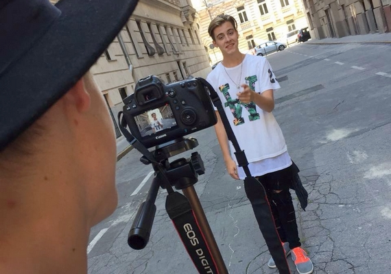 Jelenleg új klipjén dolgozik, a dal címe a Facebookon elejtett információk alapján Veled szebb a város lesz.