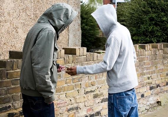 Ha valaki rendszeresen használ drogot vagy alkoholt, annak látható jelei lesznek a külsején is. Vele semmiképp se kezdj.