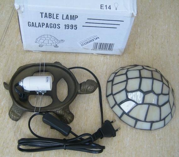 A lámpatestek táplálásához transzformátort vagy feszültségcsökkentő konvertert nem alkalmaztak. Emiatt a termék áramütés-veszélyes.