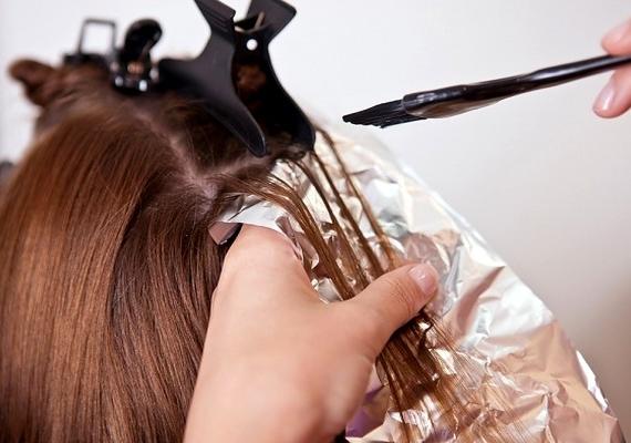 Az otthoni hajfestés nem tilos, de ha drasztikus színváltoztatásra készülsz, jobb, ha felkeresel egy fodrászt. Ugyanez igaz a dauerre is, az ombre hajat viszont otthon is kipróbálhatod.