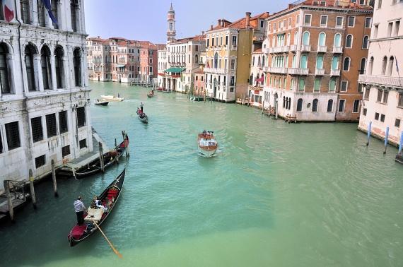 A globális felmelegedés következtében egyre növekvő tengerszint miatt veszélybe került az olaszországi Velence is. Ha a jelenlegi folyamatok folytatódnak, már akár 20 év múlva is víz alá kerülhet a város, amit gátak építésével próbálnak megakadályozni.