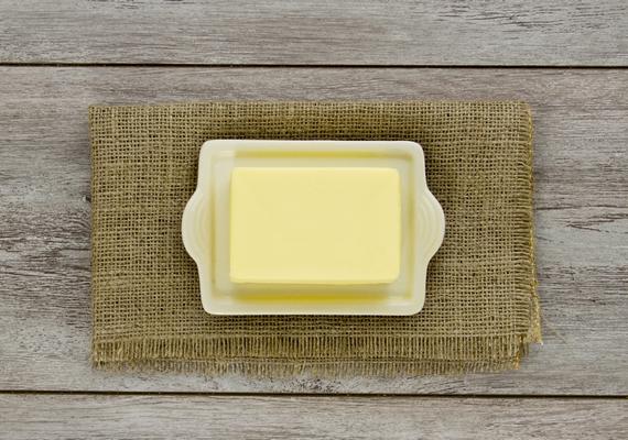 Sokan félnek a vajtól, mert egy kalap alá veszik a margarinnal, ami tényleg egészségtelen. Kis mennyiségben azonban kifejezetten hasznos élelmiszer a vaj, mert zsírban oldódó vitaminokat és egészséges telített zsírokat tartalmaz.