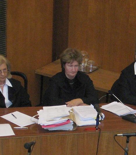 Stohl tárgyalásán a bírónő brillírozott. Az egyik sajtómunkást megkérte, köpje ki a rágóját, a szünet előtt nem sokkal pedig közölte, már nem kell sokáig bírni. Felhívta emellett a figyelmet arra, hogy volt, aki elbóbiskolt, szóval jó lesz egy kicsit pörgetni az eseményeket.