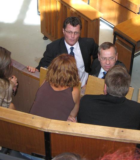 Az ítélethirdetés után Stohl András megbeszélést tart Ancsikával.