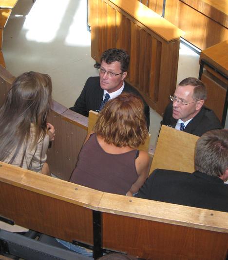 Stohl inkább megkönnyebbültnek látszott, mint összetörtnek. A bírónő indoklásában kifejtette, azért nem felfüggesztettet ítélt, mert Stohlnak felelősséget kell vállalnia a tetteiért.