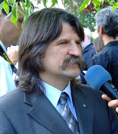 Kövér László  A Fidesz alapító tagja, 2010. augusztus 6-ától az Országgyűlés elnöke. 2010 júliusában, miután Schmitt Pált, az Országgyűlés elnökét államfővé választották, az országgyűlésben 2/3-os többséggel rendelkező Fidesz őt jelölte a távozó Schmitt helyére, házelnöknek - a tisztségre nagy többséggel választották meg.
