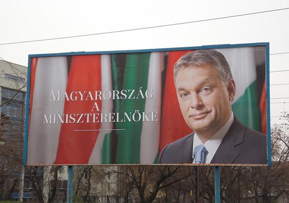 Ez már mémnek számít. A Fidesz plakátján nemes egyszerűséggel annyi szerepel, hogy Magyarország miniszterelnöke. A mém készítői ezt frappánsan kiegészítették két betűvel.