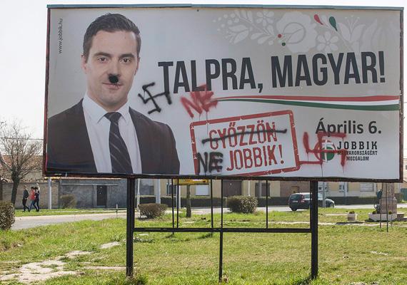 A Jobbik választási plakátját több helyen is megrongálták hasonló módon. Vona Gábor plakátjának megrongálása miatt eljárás indult Kecskeméten.