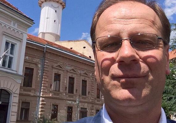 Új Twitter-fiókja kapcsán osztotta meg ezt a képet magáról Navracsics Tibor. Ezzel pedig bebizonyította, hogy szelfizni nem mindenki tud. Ezt rontotta el a politikus.