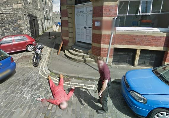 A skóciai Giles Street járókelői úgy gondolták, jó ötlet lenne megtréfálni a világot, és gyilkosságot tettetni, amikor melléjük ér a kamerás autó.