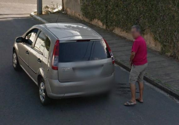Ennek valahogy bosszúszaga van: egy férfi éppen egy kocsira vizel. A kép Brazíliában készült.