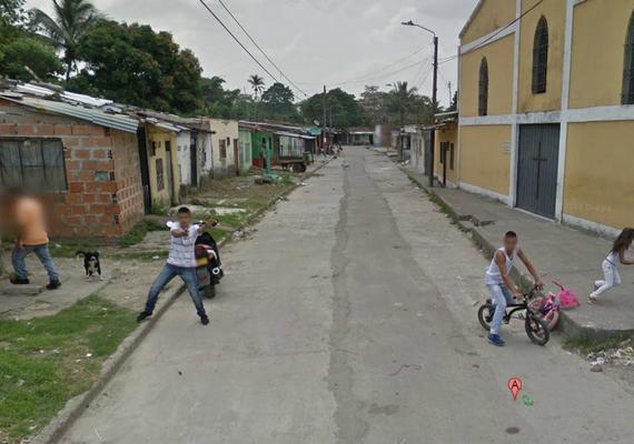 És egy kevésbé vicces: Kolumbiában pisztolyt fogtak a kocsira, egyes források szerint a fiú lőtt is, de csak akkor, amikor elhaladt az autó.