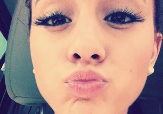 A 20 éves Ariana Grande komolyabb, mint a korabeli lányok, mégis van grimaszolós fotója.