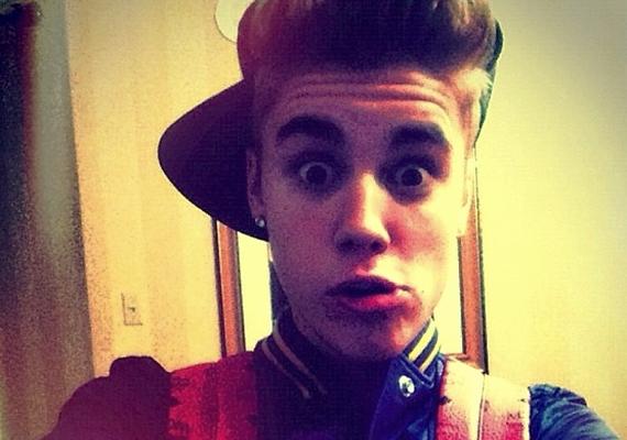Justin Bieber is méltó párjuk: a 19 éves énekes sem a komolyságáról híres.