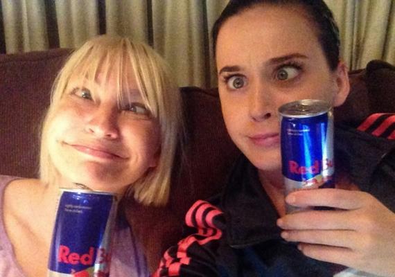 Sia és Katy Perry külön-külön is viccesek, együtt pedig még mókásabbak.