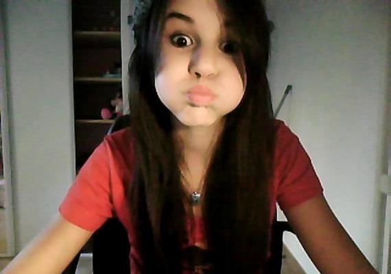 A 21 éves Selena Gomez bájos arca is megváltozik néha.