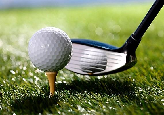 A golflabdaszedő egész nap a golfpálya tavában búvárkodik, keresi és összegyűjti azokat a labdákat, amik a víz alatt végezték.