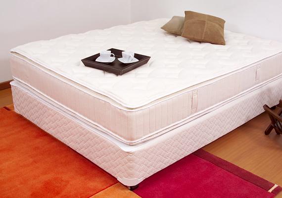 A kézzel készített matracokat nem géppel préselik még tömörebbé, hanem ezt is ember végzi: van, akinek az a munkája, hogy egész nap matracokon ugrál.