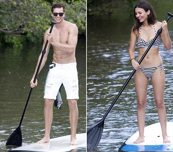 A szerelmespár láthatóan nagyon jól érezte magát, és az sem zökkentette ki őket, hogy még a vízben is fotósok nyüzsögtek körülöttük.