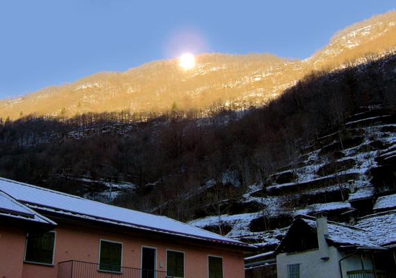 A falura az év napjainak jelentős részében nyomasztó árnyék vetül.