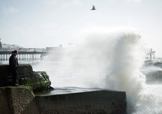 Óriási hullámok csapódnak a parthoz Brightonnál a hatalmas, szeles viharnak köszönhetően.