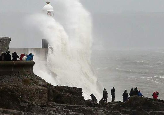 Nemcsak Angliában, hanem Wales területén is mindent elsöprő erejű vihar tombolt.