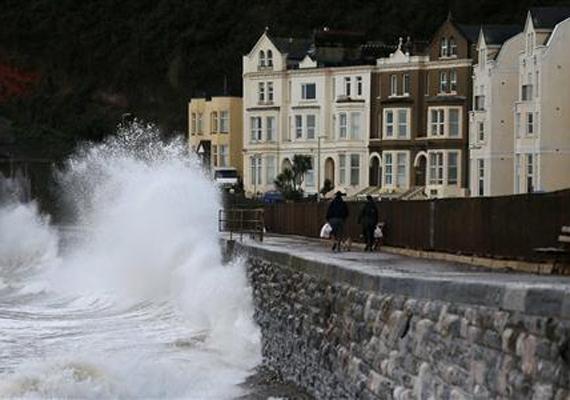 London délnyugati részén a parton sétáló embereket láthatóan nem zavarja az időjárás tombolása.