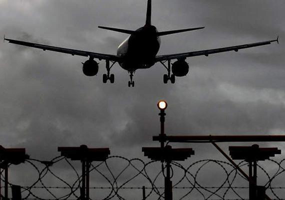 Nagyjából 60 járatot törölték a brit Heathrow reptéren.