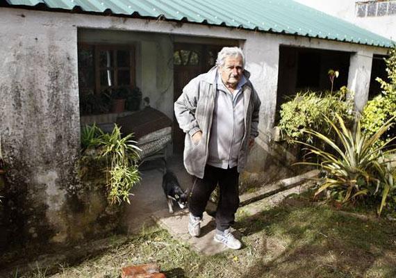 Mujica egy 45 négyzetméteres házban lakik, amihez egy farm tartozik. Amikor megválasztották, elutasította, hogy az elnöki palotába költözzön. Az egyik rezidenciát a tenger partján el is adta megválasztását követően. A bevételből egy mezőgazdasági iskolát létesítettek. Többször hangoztatta, hogy a szegénységből csak a tanulás mutat kiutat az embereknek.