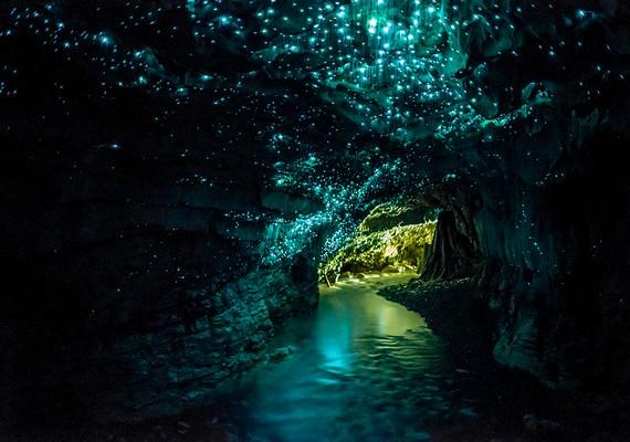 A különleges barlang egy föld alatti vízfolyáson keresztül, csónakkal közelíthető meg.