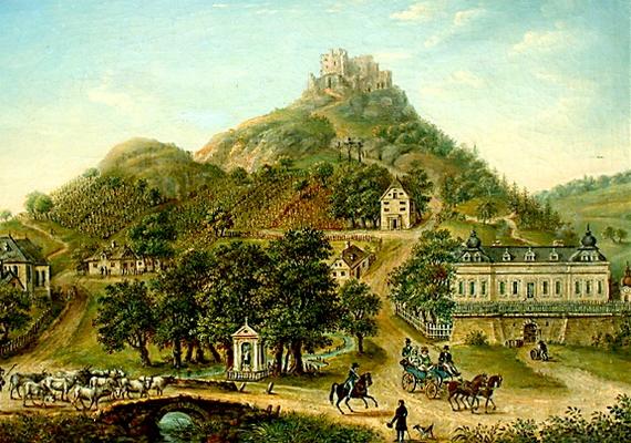 """A falu és a vár még a fegyverletétel előtt. Az építmény Evlija Cselebi török világutazó 17. századi leírása szerint """"az ég csúcsáig emelkedő magas, vörös szikla fölött sólyomfészek módjára álló kicsiny, erős, színes vár"""" volt."""