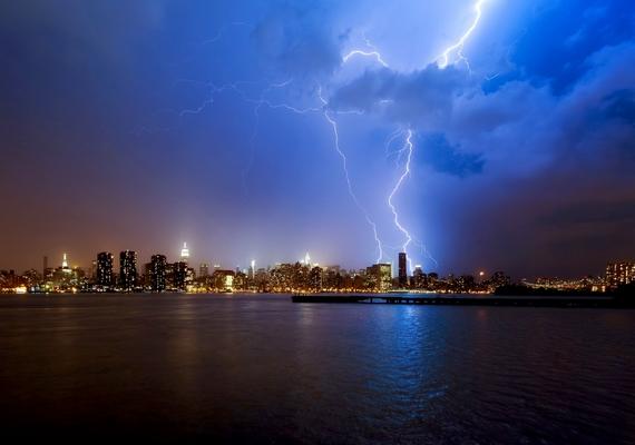 A vihar és a város fényei.Kattints ide a nagyobb felbontású képért! »