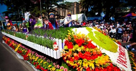 A toowoombai virágkarnevál múltja 1949-re nyúlik vissza, és eredeti célja az volt, hogy a világháború után egy kis lökést adjon a város gazdaságának. A recept bevált, és napjainkban már tíz napig tart a karnevál. A város egyébként nemcsak ezekben a napokban borul virágba, az ausztrálok egymás között csak a kertek városaként emlegetik a csodaszépen gondozott városkát.