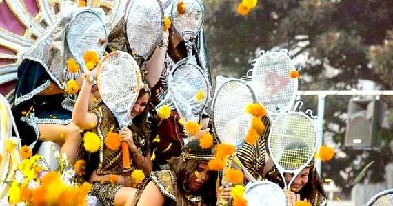 Valenciában tartják meg a Batalla de Florest. A bikaviadalokhoz szokott spanyoloknál egy virágfesztivál sem érhet véget némi harc nélkül. A virágokkal feldíszített kocsikon ifjú hölgyek ülnek teniszütőkkel felszerelkezve, ugyanis a felvonulást követően itt is kitör a háború a nézők és a kocsin ülők között. A lányok létszámhiányukat a teniszütőkkel próbálják meg ellensúlyozni.