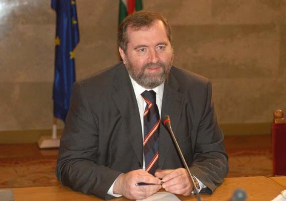 Az országgyűlés korábbi elnöke, Mandur László is visszavonul.