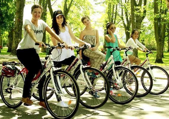 - Nosztalgikus élmény volt ismét bringára pattanni, én ugyanis vidéken nőttem fel, és otthon rengeteget bicikliztem a tesómmal. Hatalmas kertünk volt, ahol rendszeresen azt játszottuk, hogy cirkuszi akrobaták vagyunk. Folyton különféle attrakciók bemutatásával próbálkoztunk, de soha nem ment úgy, ahogy a tévében láttuk, így gyakran nagyokat estünk, és bizony sírás lett a vége - mesélte Radics Gigi.