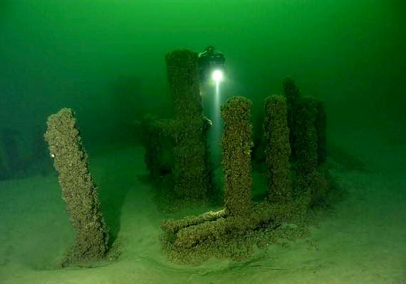 Az angliai Stonehenge-hez hasonló kőképződményeket találtak a Michigan-tó fenekén 2007-ben. Szárazföldi verziójához hasonlóan nem tudják, hogy került oda.