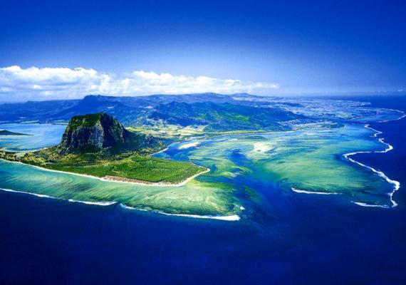 A nehezen megközelíthető szigetállam területe mindössze 2046 négyzetkilométer.