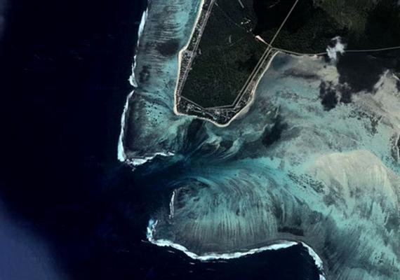 Még műholdas fotón is látványos a furcsa képződmény.