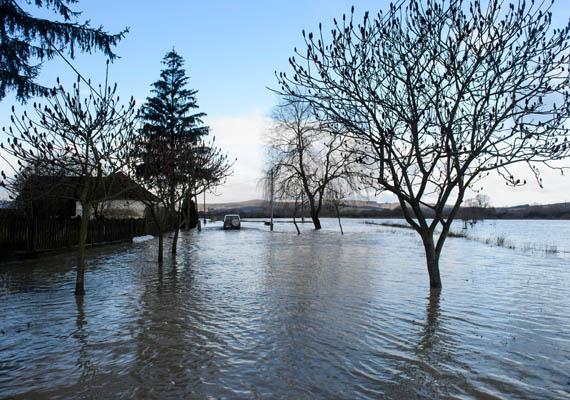 Ipolytarnócon harmadfokú árvízvédelmi készültséget rendeltek el múlt szerdán, ez a fotó a Rákóczi utcáról készült. Az Ipoly csütörtökön lassú apadásba kezdett. További képeket itt nézhetsz a településről!