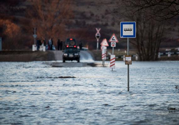 A kiáradt Sajó Sajógalgóc határában. A folyó áradása több környező településen is megnehezítette a közlekedést.